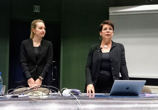 Image: Hedi Hunt and her opponent Professor Pirjo Laakkonen PhD of the University of Helsinki (Finland) during the thesis discussion.